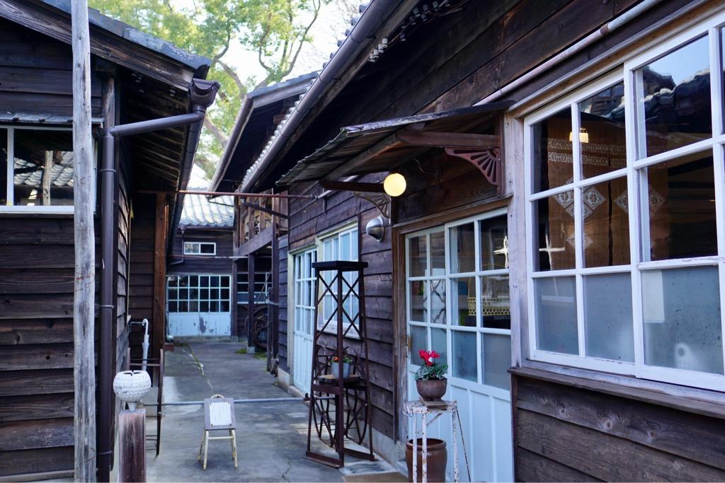 カフェはもともと事務室だったところですが、他にも店舗やギャラリーに使用されています。