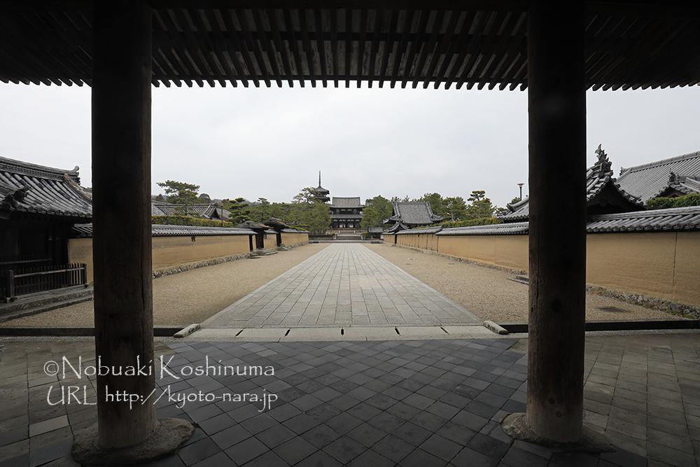 法隆寺の玄関にあたる総門・南大門から。次回はもう少し周辺散策をしてみます。