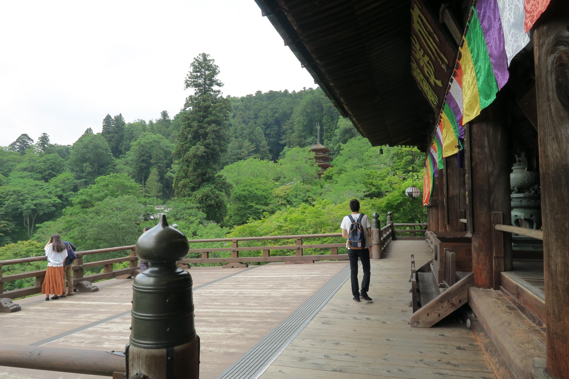 本堂の懸造の舞台から五重塔を眺めます。