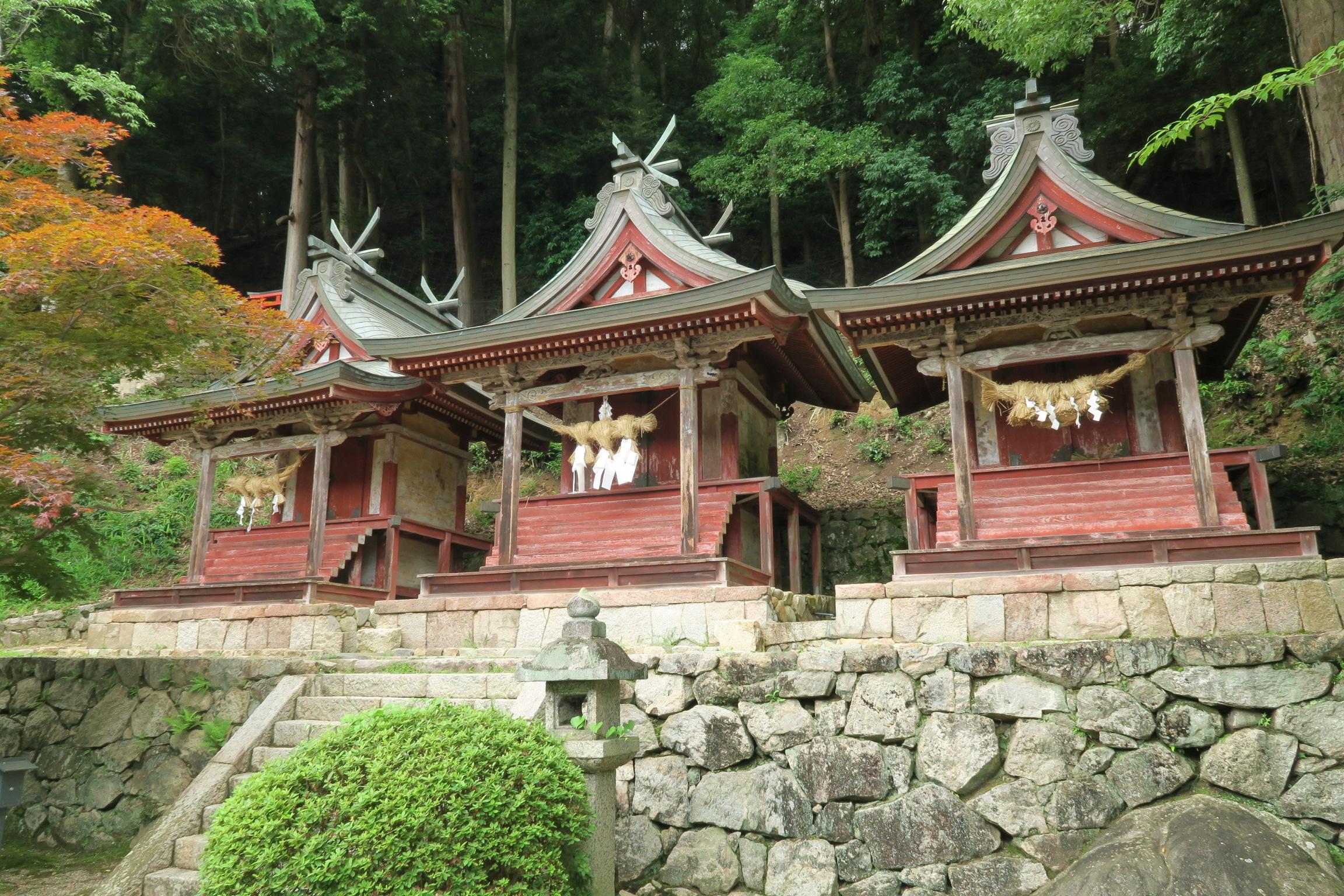 三社権現。瀧蔵三社とも呼ばれ、瀧蔵権現(たきのくらごんげん)を中心に祀られる地主神。