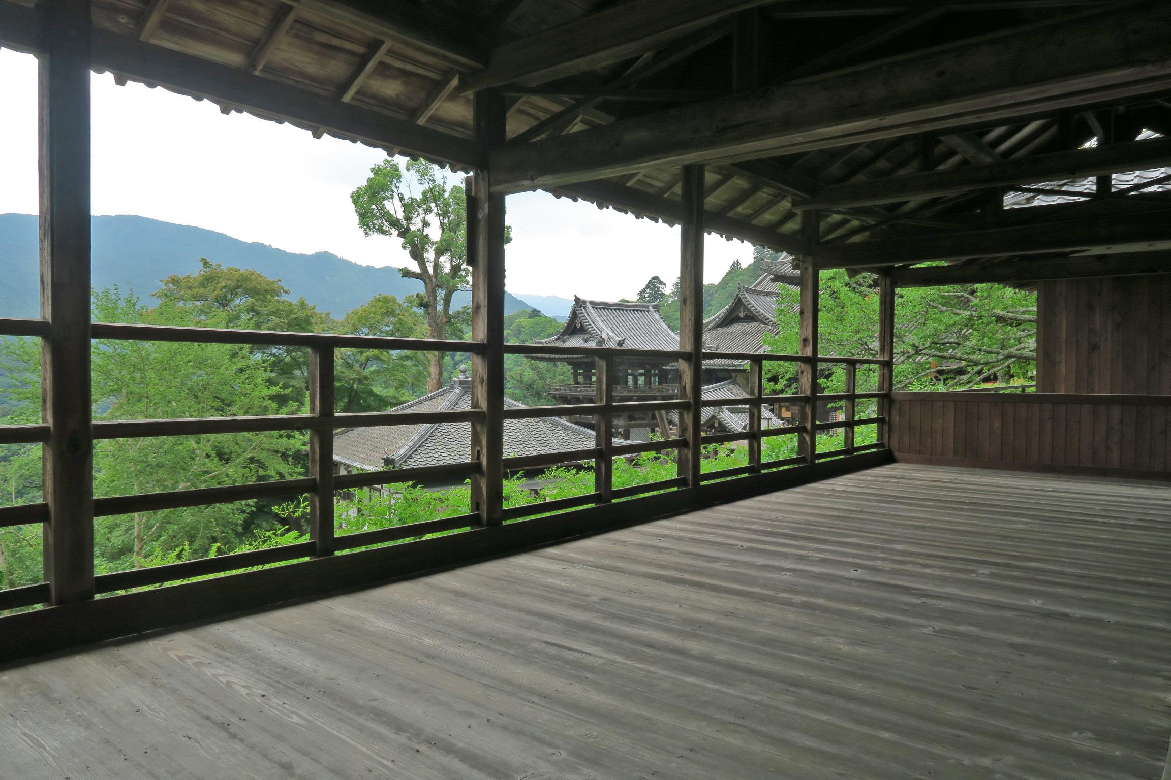 拝所から見る本堂。