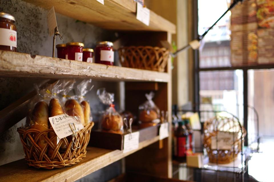 とても人気のパンやさんでどんどんお客さんが来て次々売れていきます。