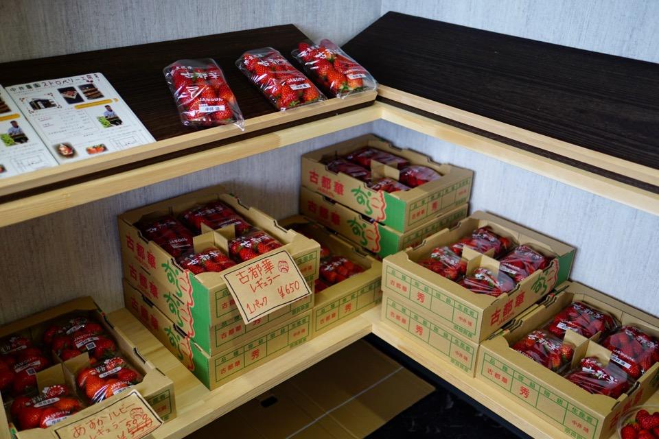 農家さんがイチゴや米、季節のフルーツを使ったスイーツを販売されています。