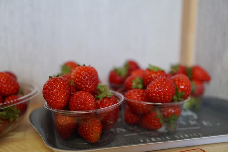 苺もいっぱい売ってます。