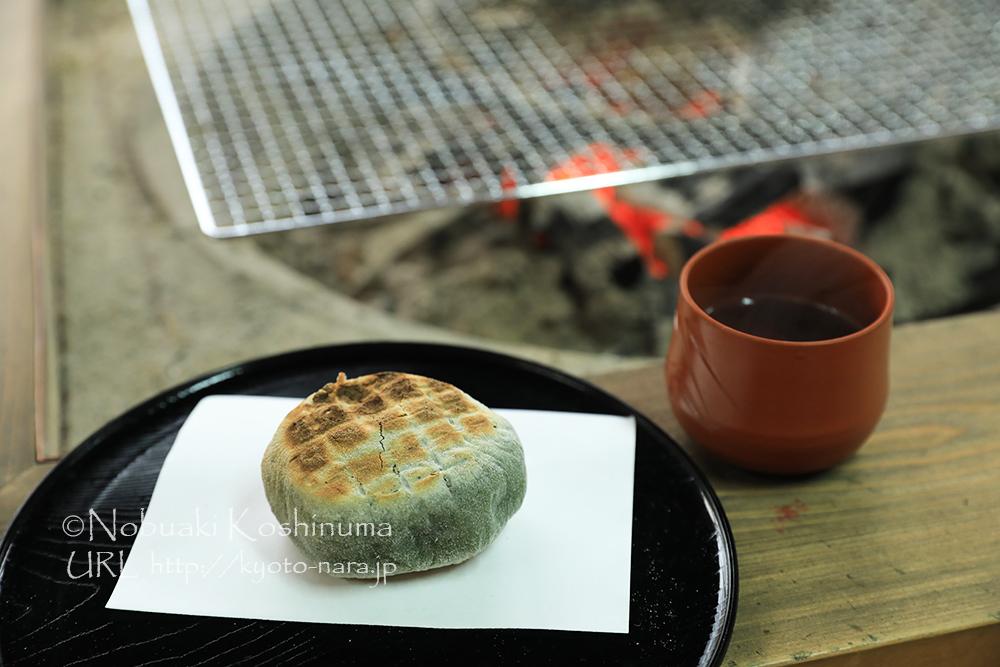 炭火を使って焼いている草もち。カリカリに焼かれたお餅とたっぷり入ったあんこが絶妙の旨さ。おすすめ!