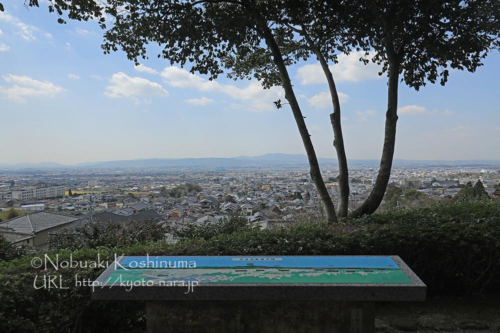 隠れた眺望スポットとしても知られる白毫寺は、境内から奈良盆地が一望できます。