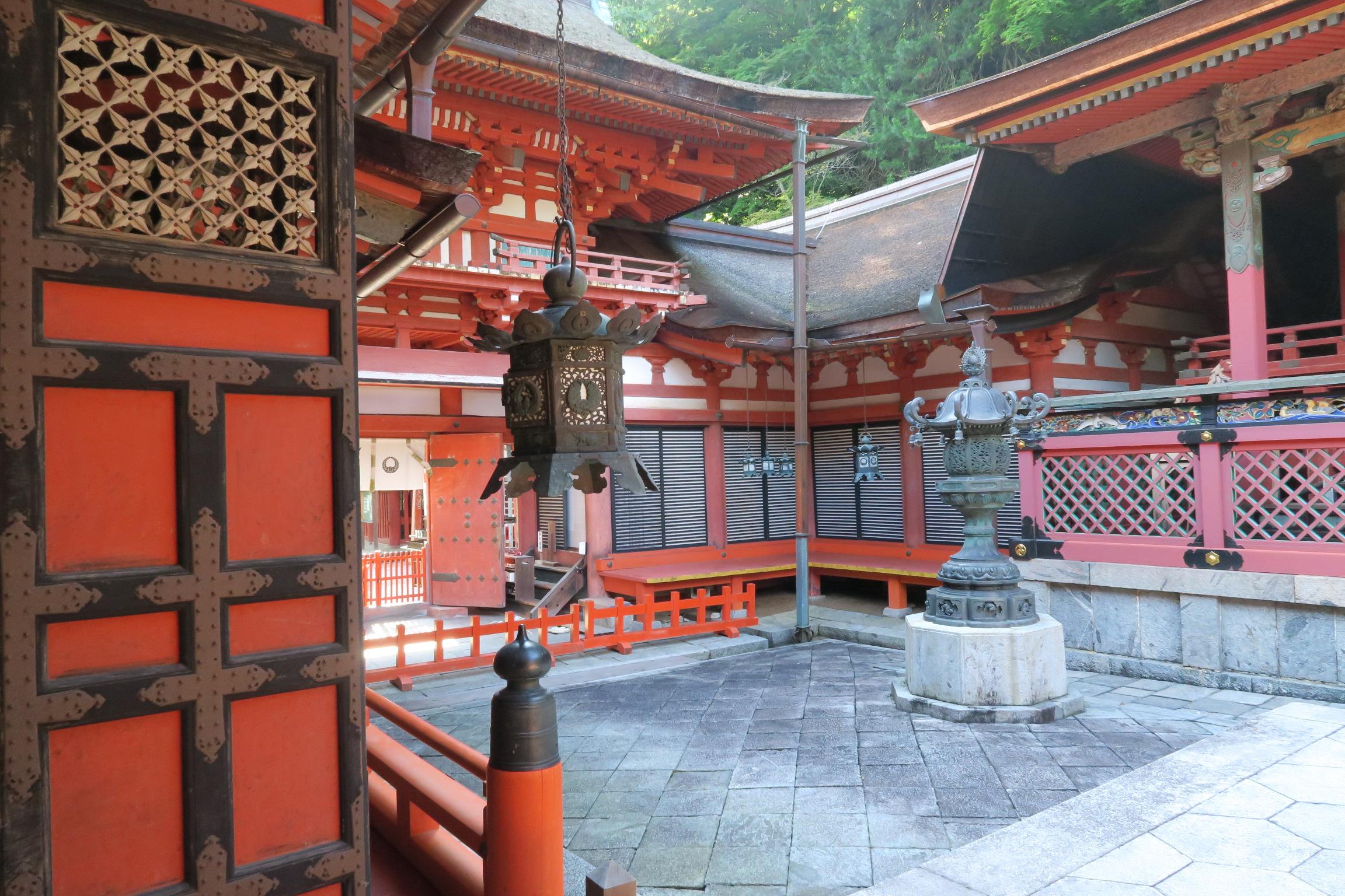 拝殿から見た楼門。非常に美しい建物です。