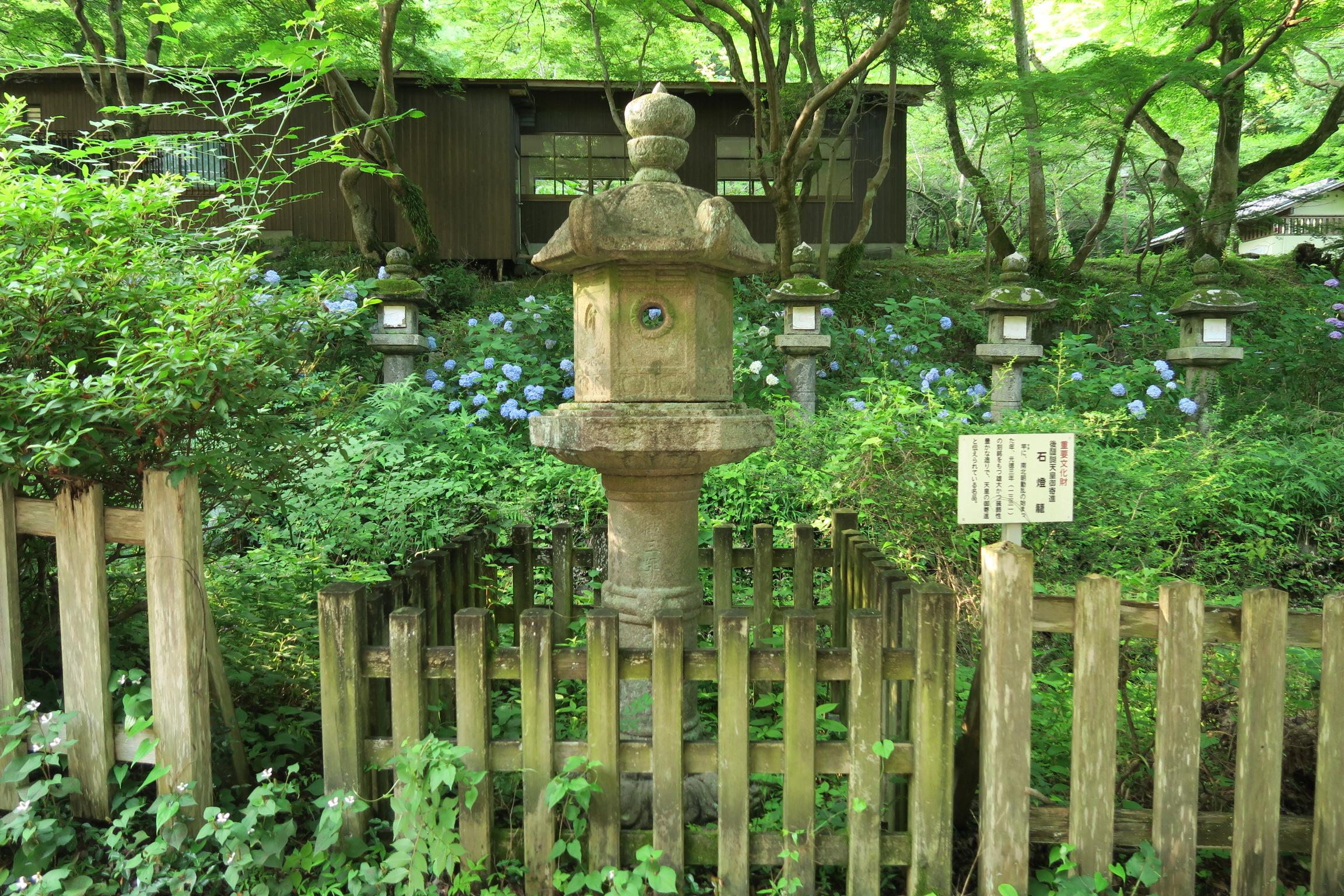 後醍醐天皇からご寄進された石燈籠。品のある美しい装飾の石燈籠でした。