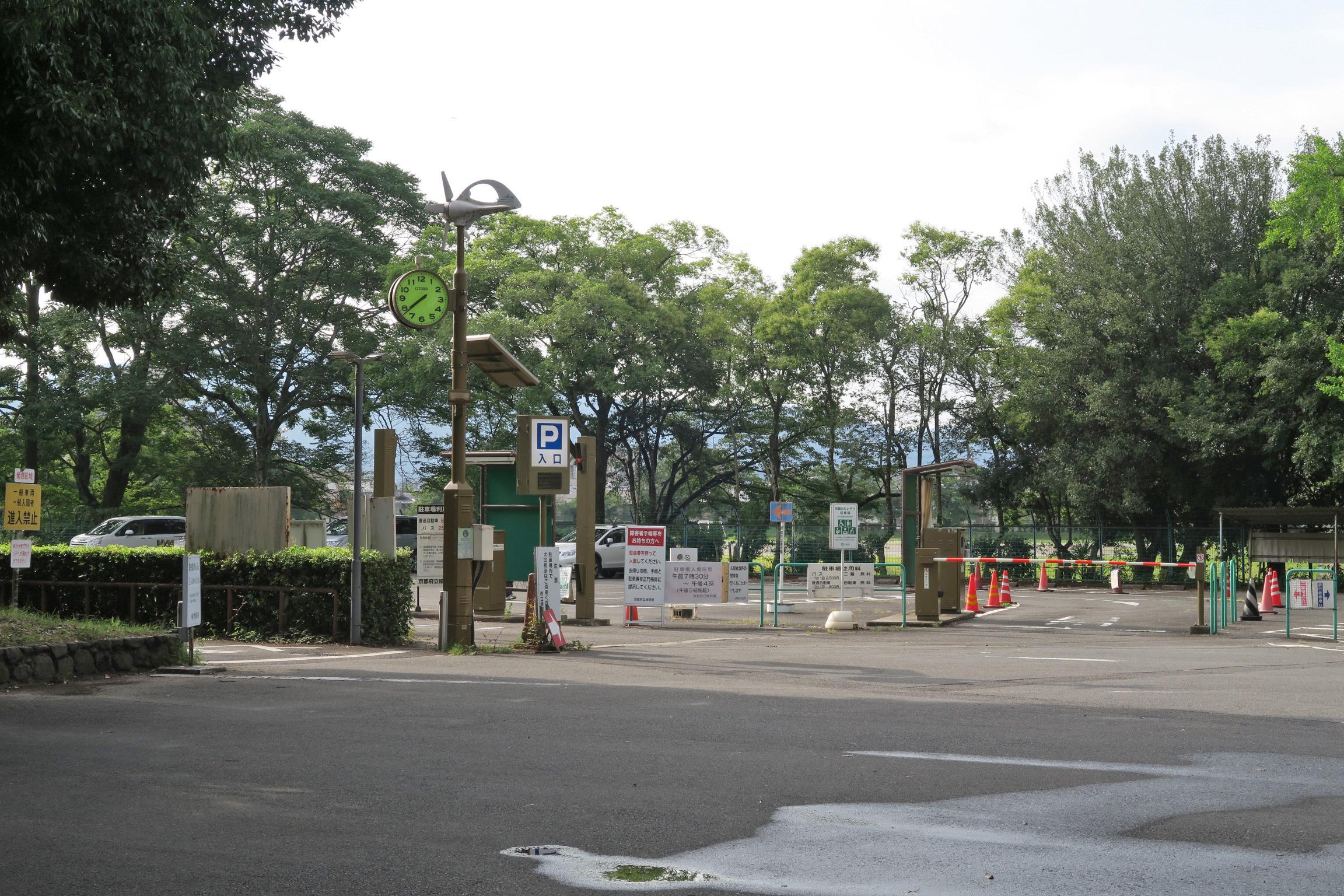 駐車場は1日800円。夏は早朝開園で朝7:30~17時までです。