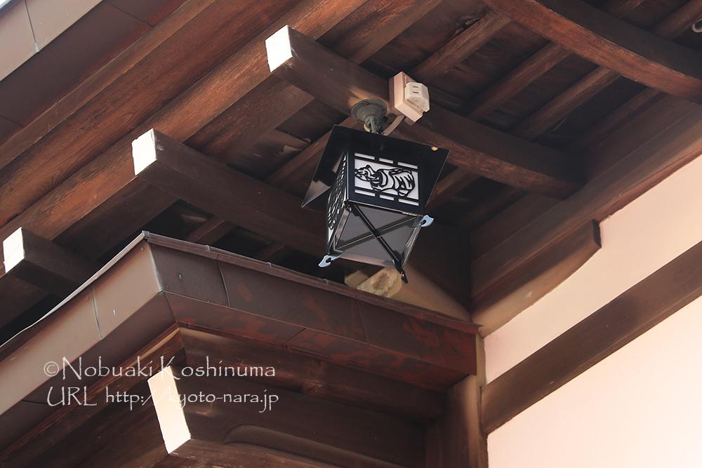 こちらは屋根に吊るされた行燈。トラの絵柄が入ってました。