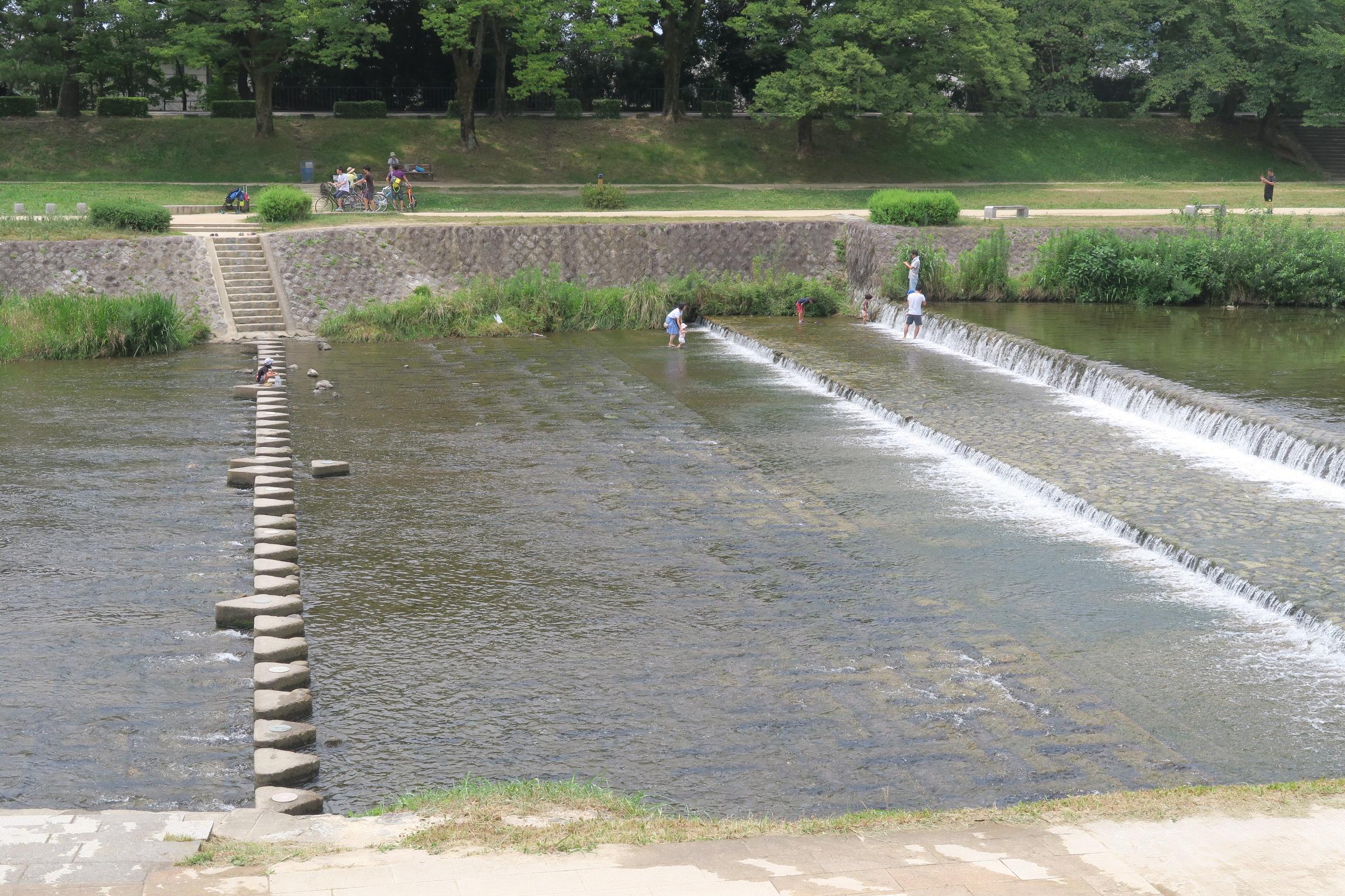 川を横切る丸いコンクリは、対岸に買い物に行くためかなぁ・・・それとも川遊びのため?