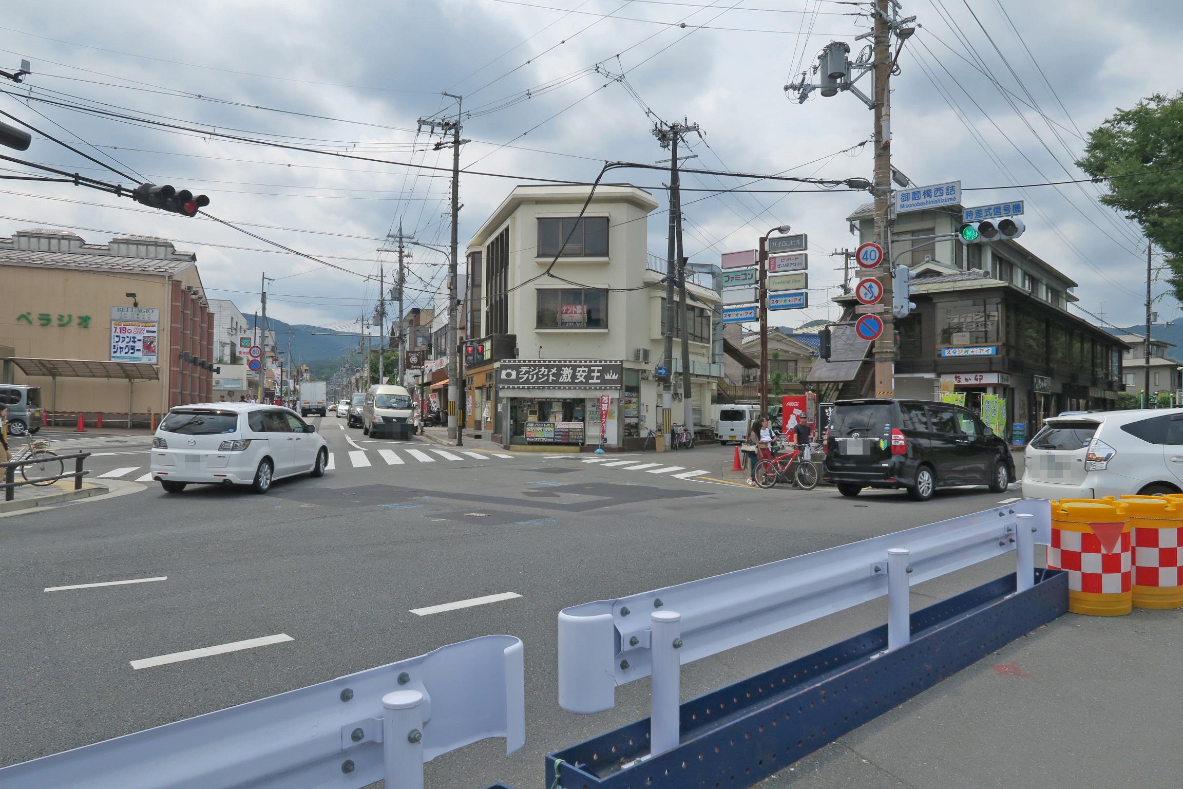 御薗橋西詰に商店街が出てきました。鴨川沿いでランチを検討している方はここの商店街がおすすめ。
