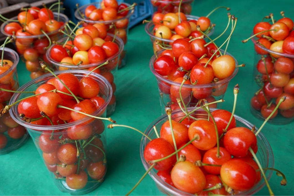 参道のお店ではさくらんぼが。季節は進んでいますね。