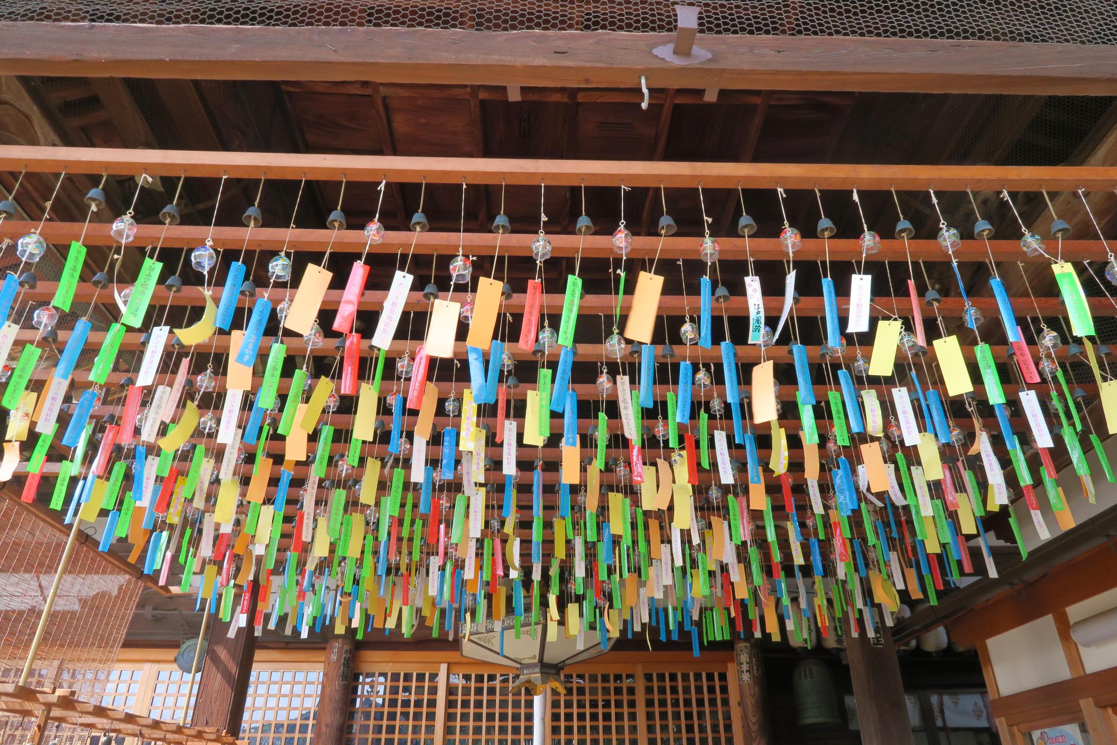 拝観受付前の天井にも沢山の風鈴が!