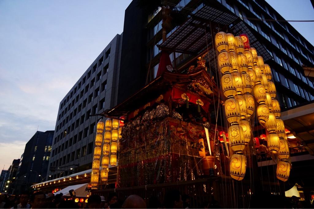長刀鉾 夕空に映えてとても迫力があります。