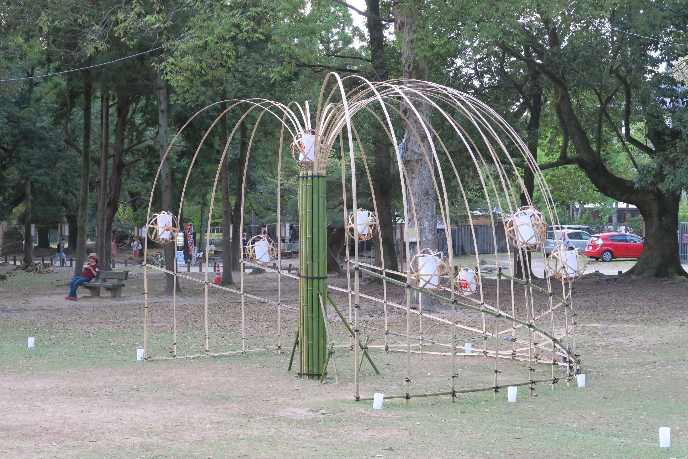 大きな鳥かごのように作られた竹のオブジェ。