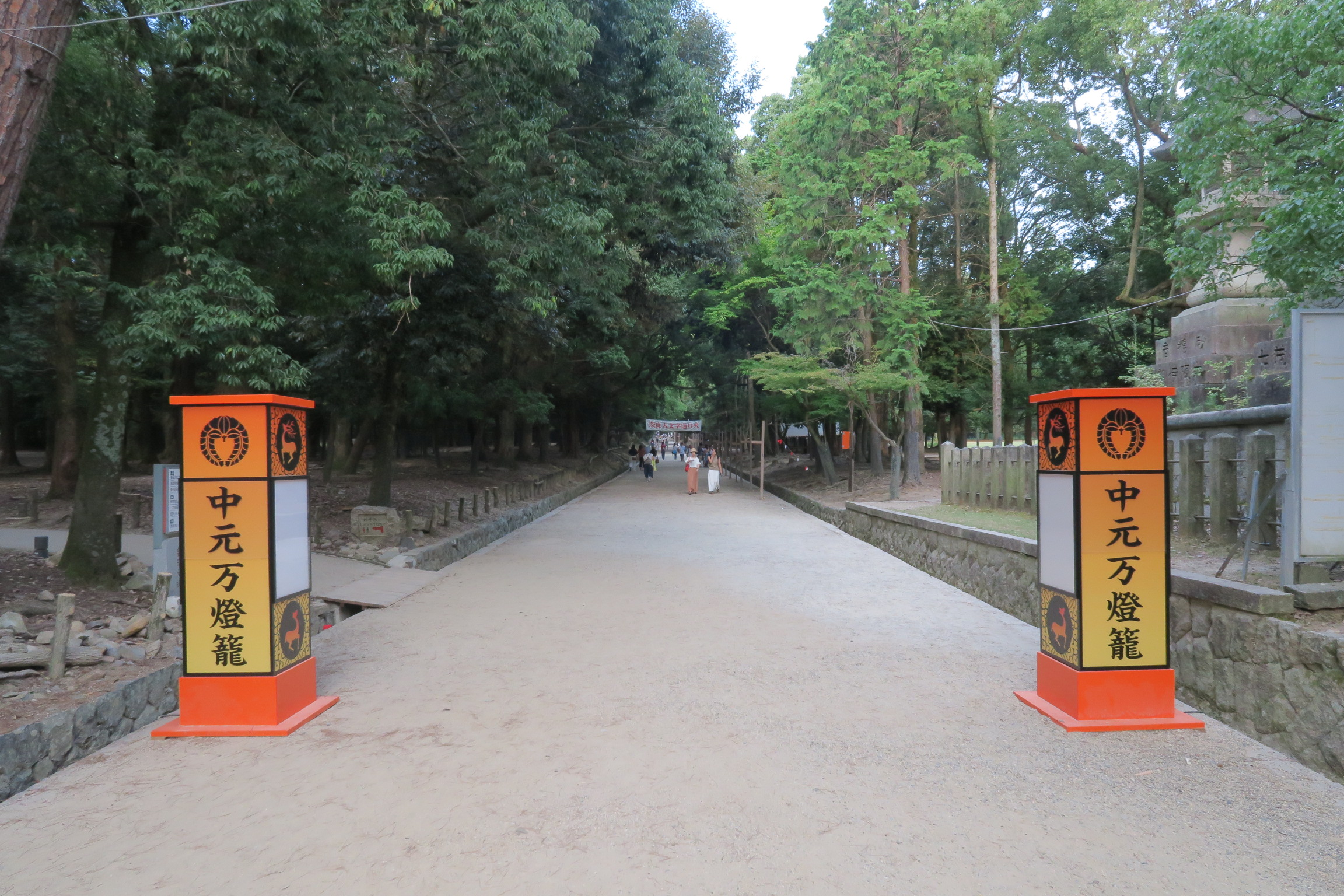 鶴の茶屋前の横断歩道を渡り、すぐ左手にトイレがあります。