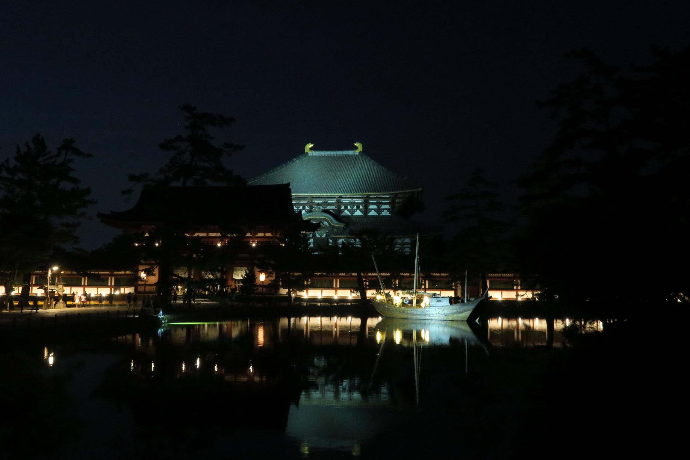 大仏殿もライトアップされています。