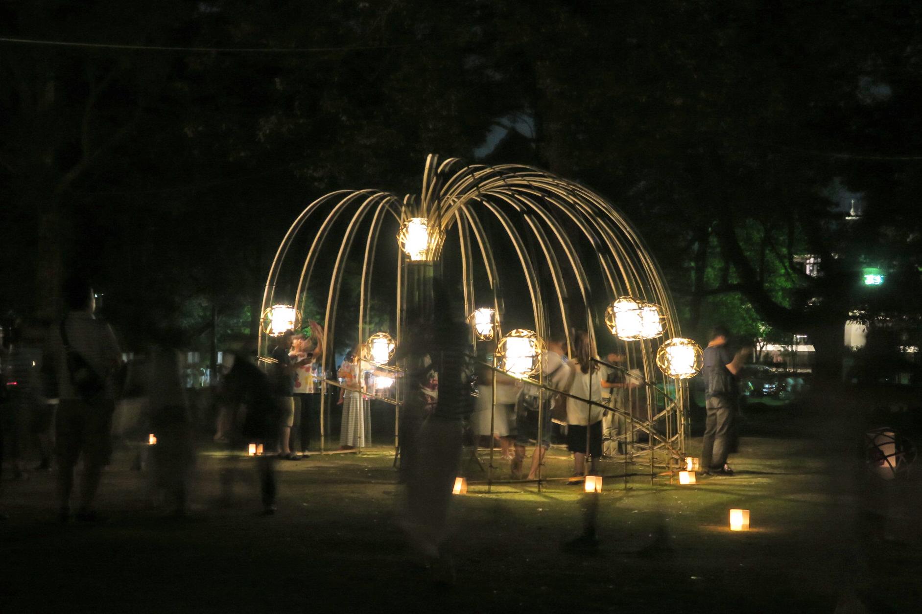 竹のオブジェも灯され、多くの人が記念写真を撮っていました。
