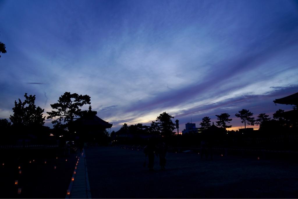 興福寺を歩いていると西の空が急に赤く焼けてきました。