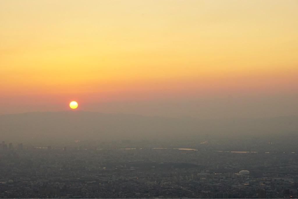 大阪側。大きくてはっきりした輪郭の太陽が沈み始めました。