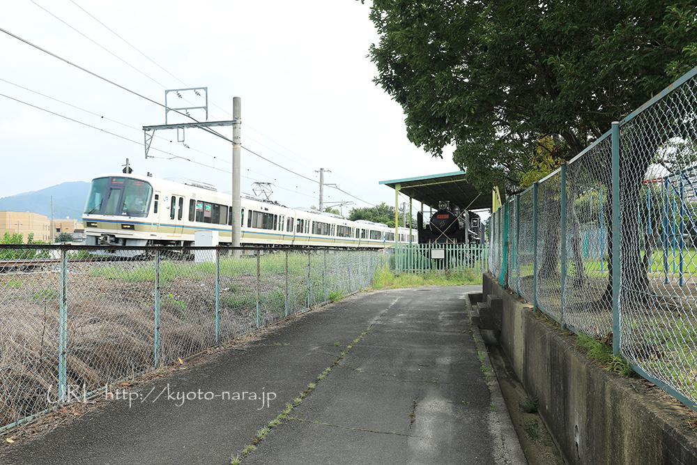 加茂駅東口から徒歩7分。加茂小学校の隣に蒸気機関車「C57SL」が展示(写真中央)されています。