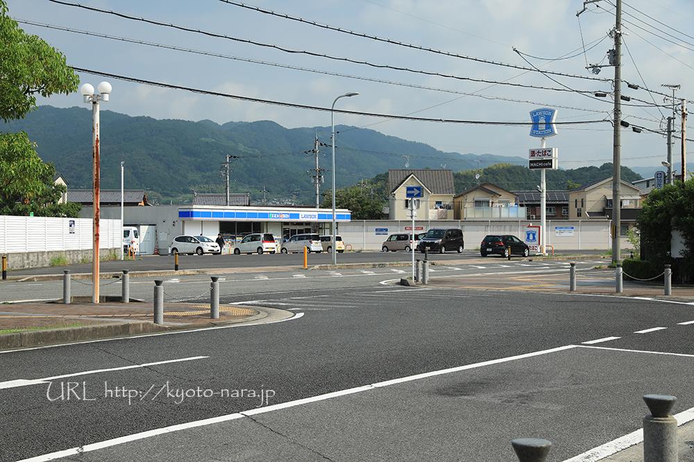 加茂駅前西口にあるローソン。想像以上にクルマの出入りがあってビックリ。
