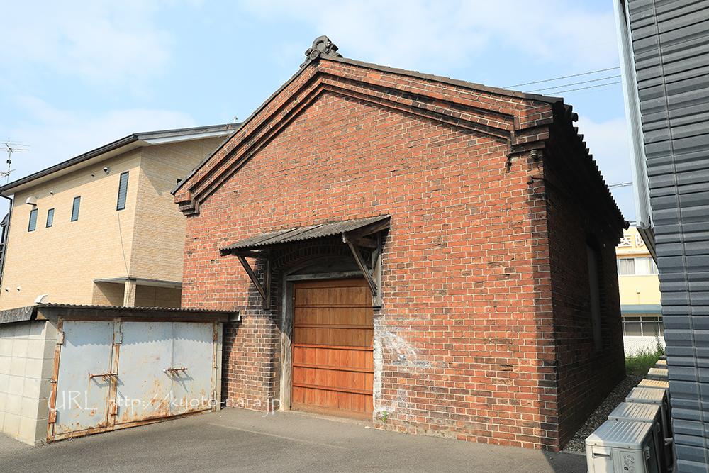 加茂駅の開業時に作られた赤レンガ作りのランプ小屋。