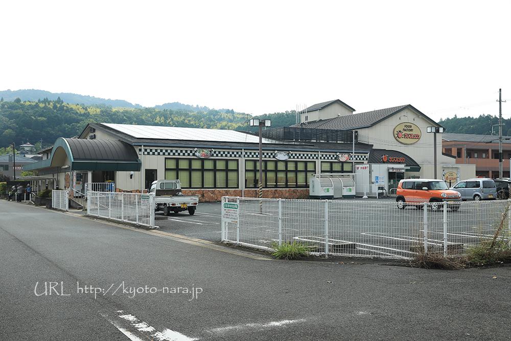 駅から歩いて2分のスーパーマーケット「サンフレッシュ」。