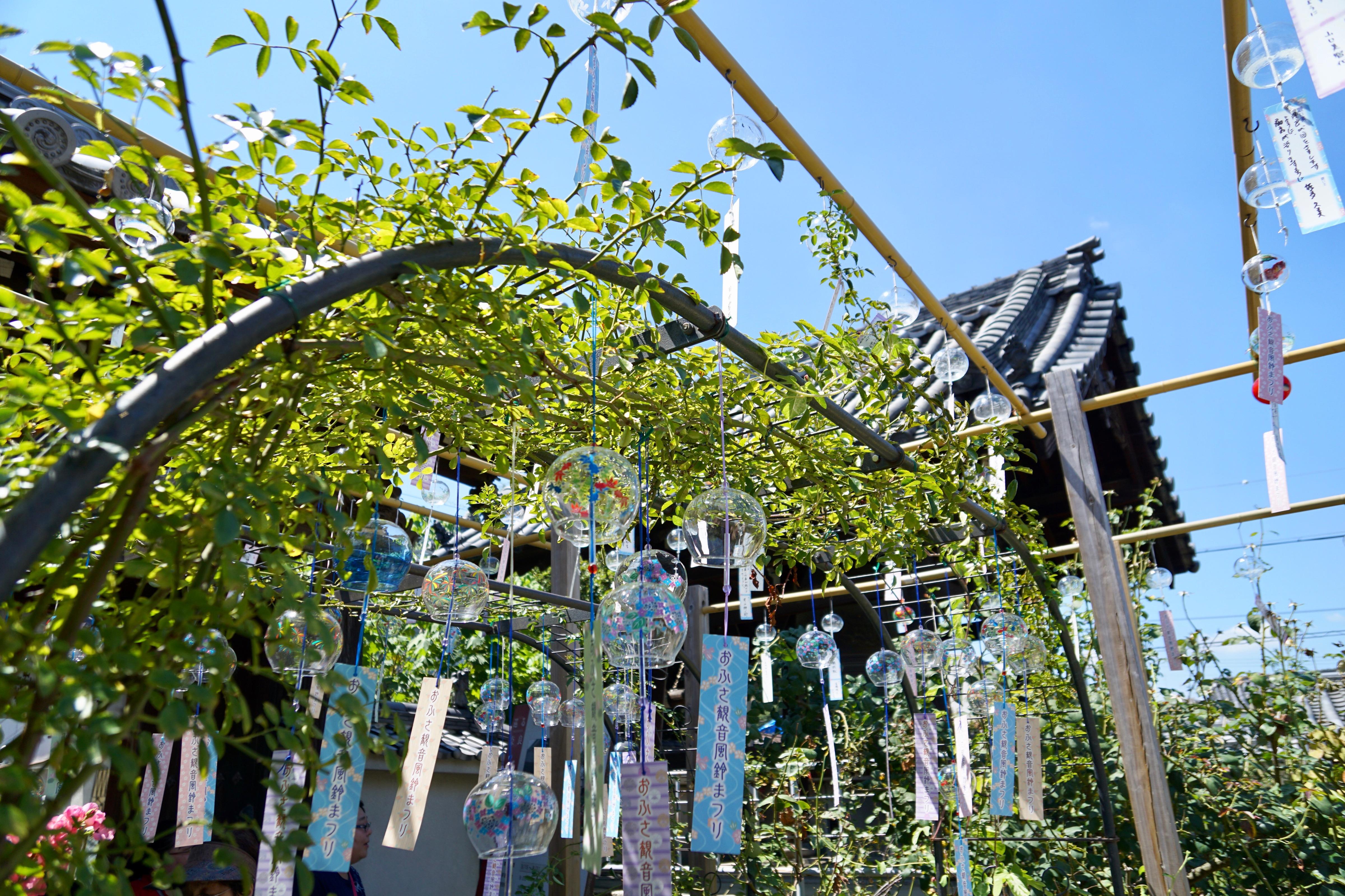 風鈴は寺院にの屋根に吊るされている「風鐸」から始まったと言われています。