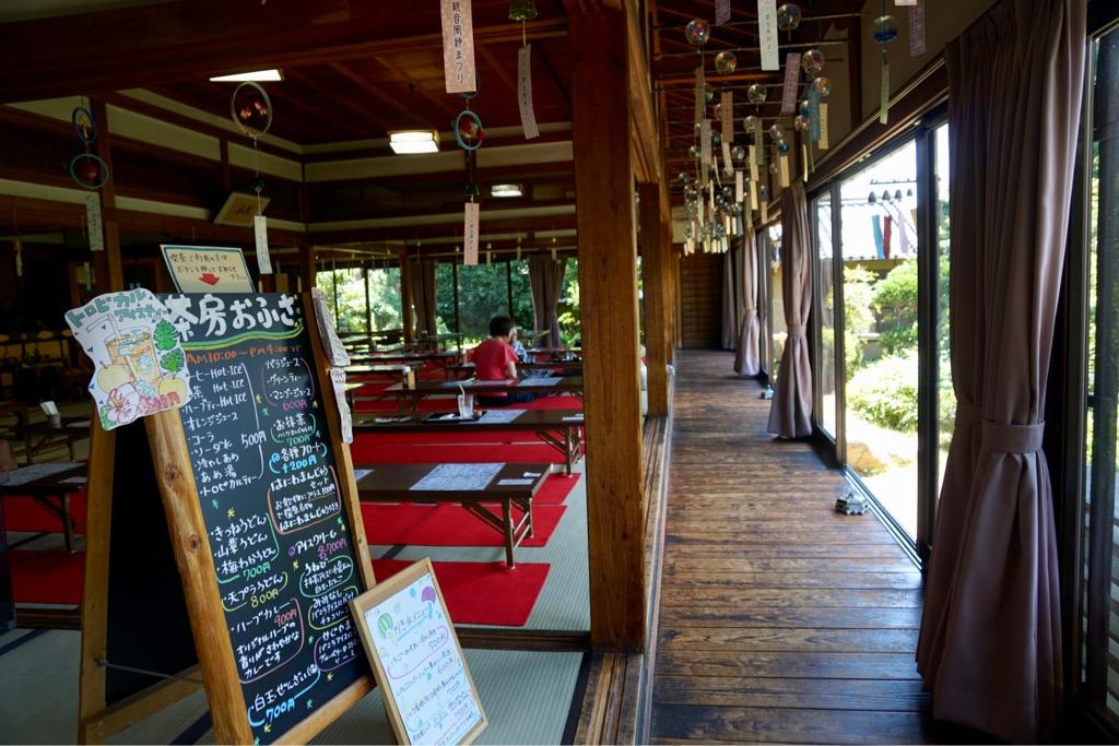 茶房おふさ 大正4年に建てられた茶室は広々として縁側があって落ち着きます。