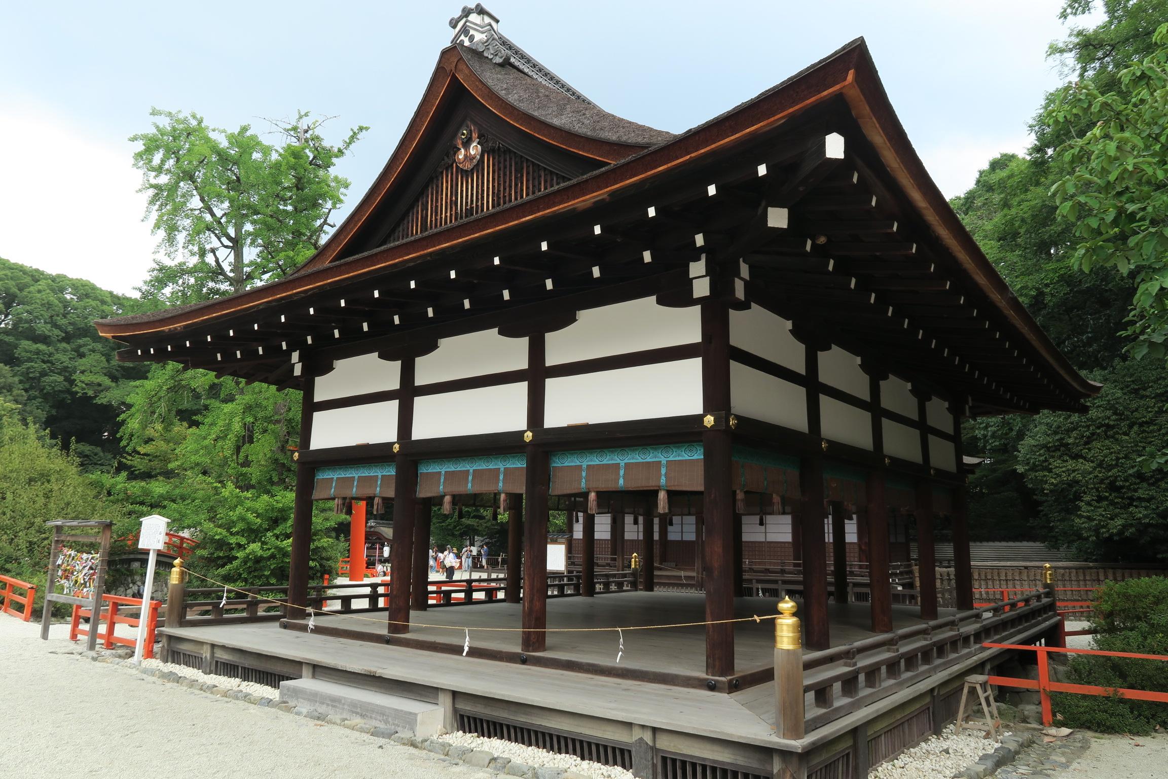 橋殿(はしどの)。お月見やお正月の神事に神事芸能が奉納される社殿です。
