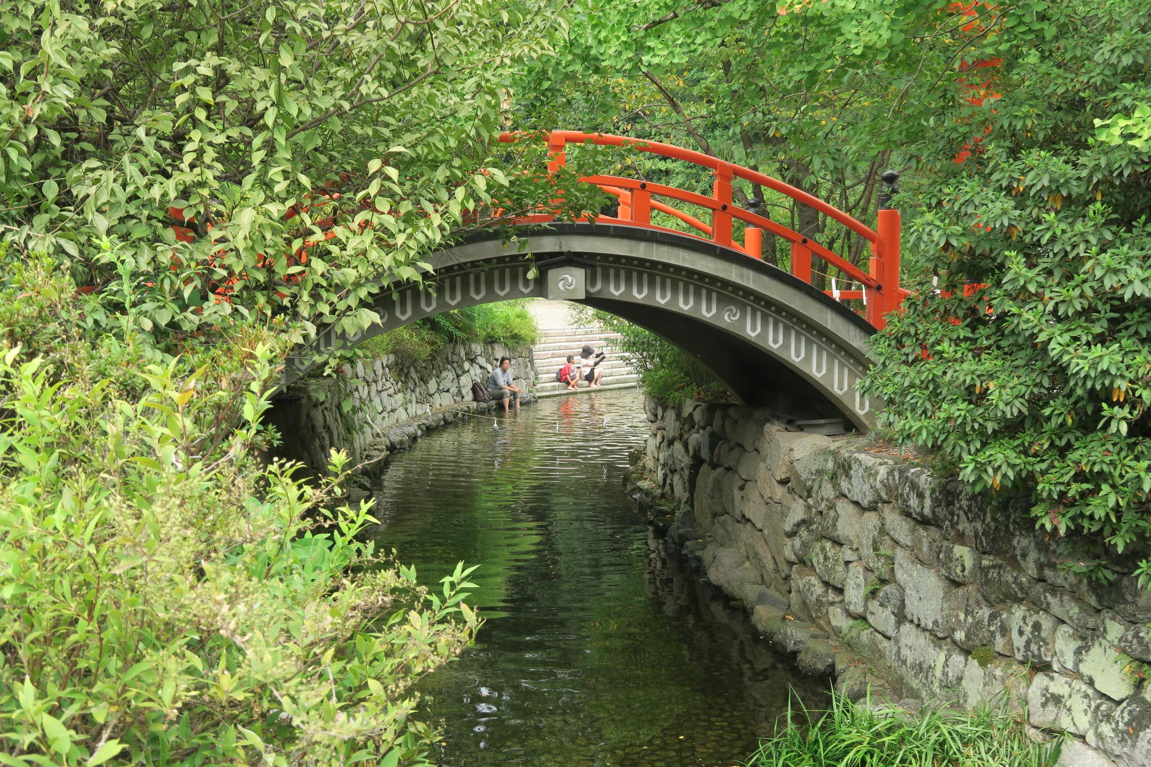 御手洗川にかかる輪橋。近くに「光琳の梅」と呼ばれる梅の木があります。紅白梅図屏風に描かれた梅です。