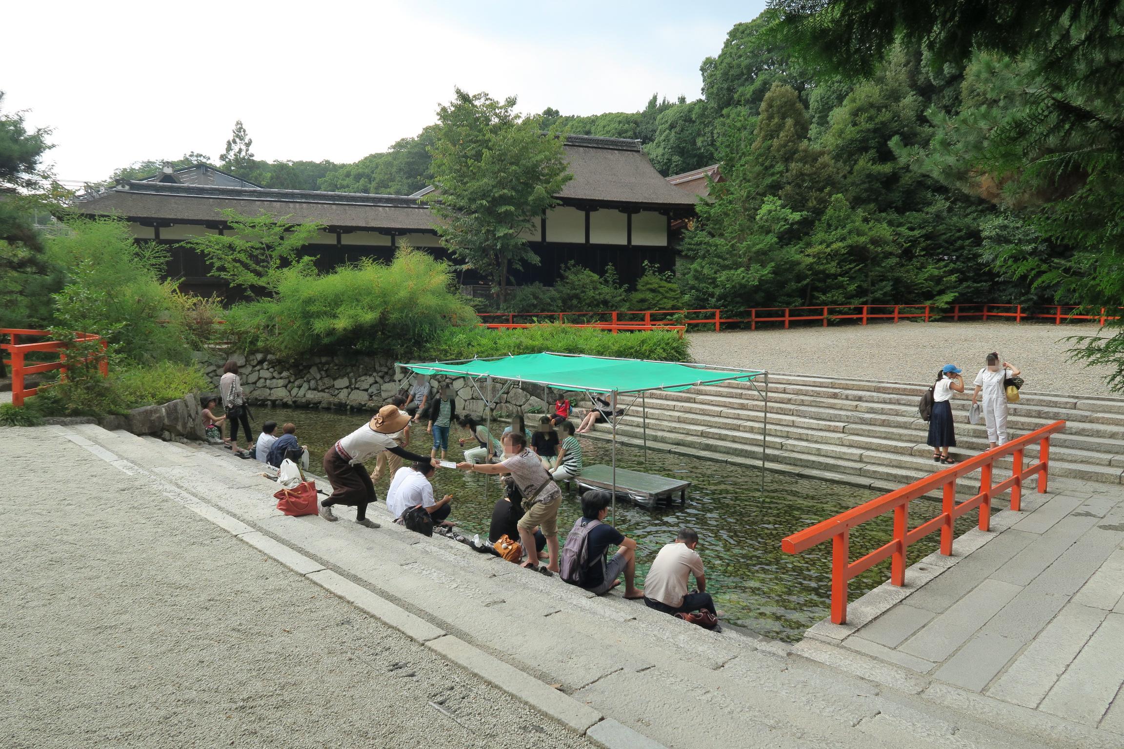 輪橋(そりはし)の奥には、御手洗川に足をつけられるスペースが設けられていました。