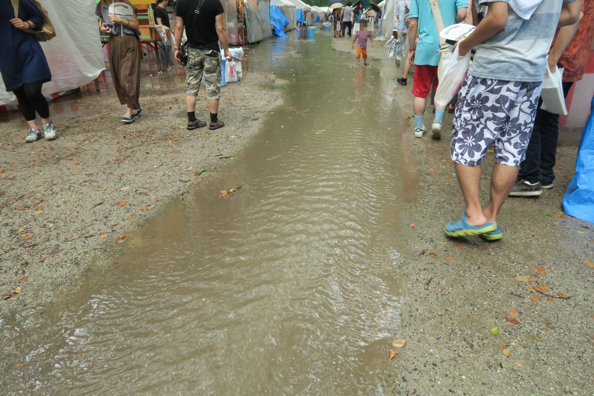 大雨となり、川も発生!? バシャバシャと走り回る子供も楽しげでした。