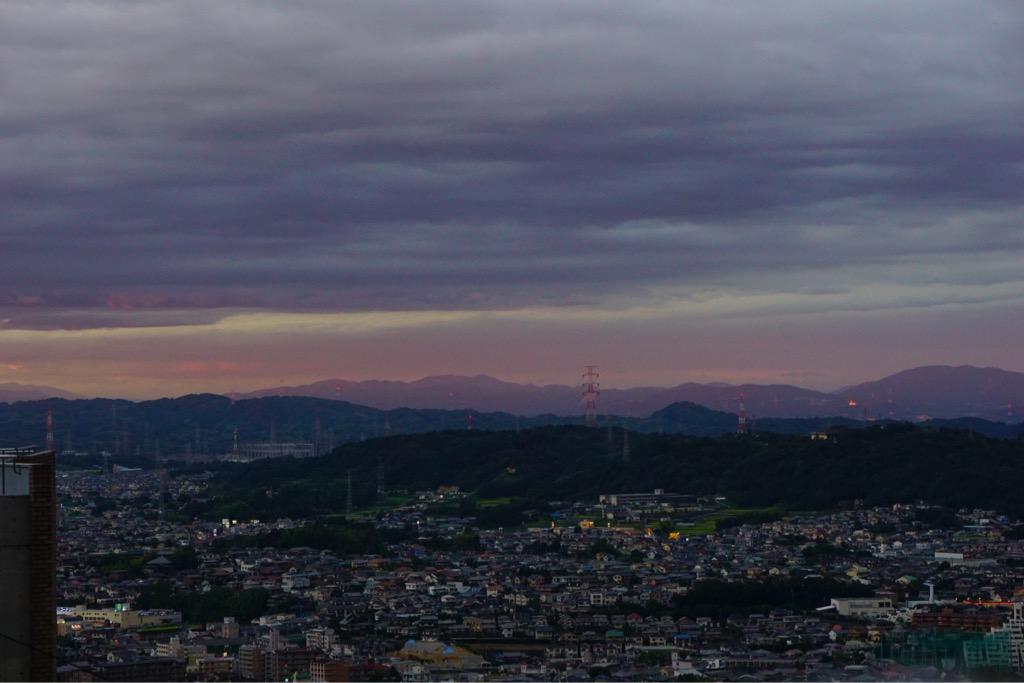 ケーブルの宝山寺駅を降りたら遠くは素晴らしい夕陽になっていました。
