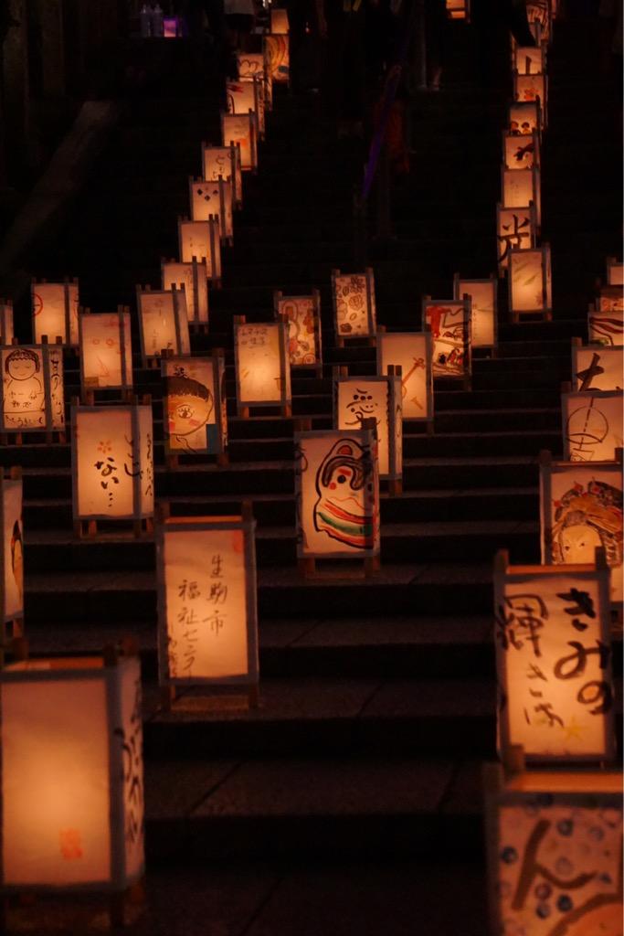 すずらに並ぶ灯篭。