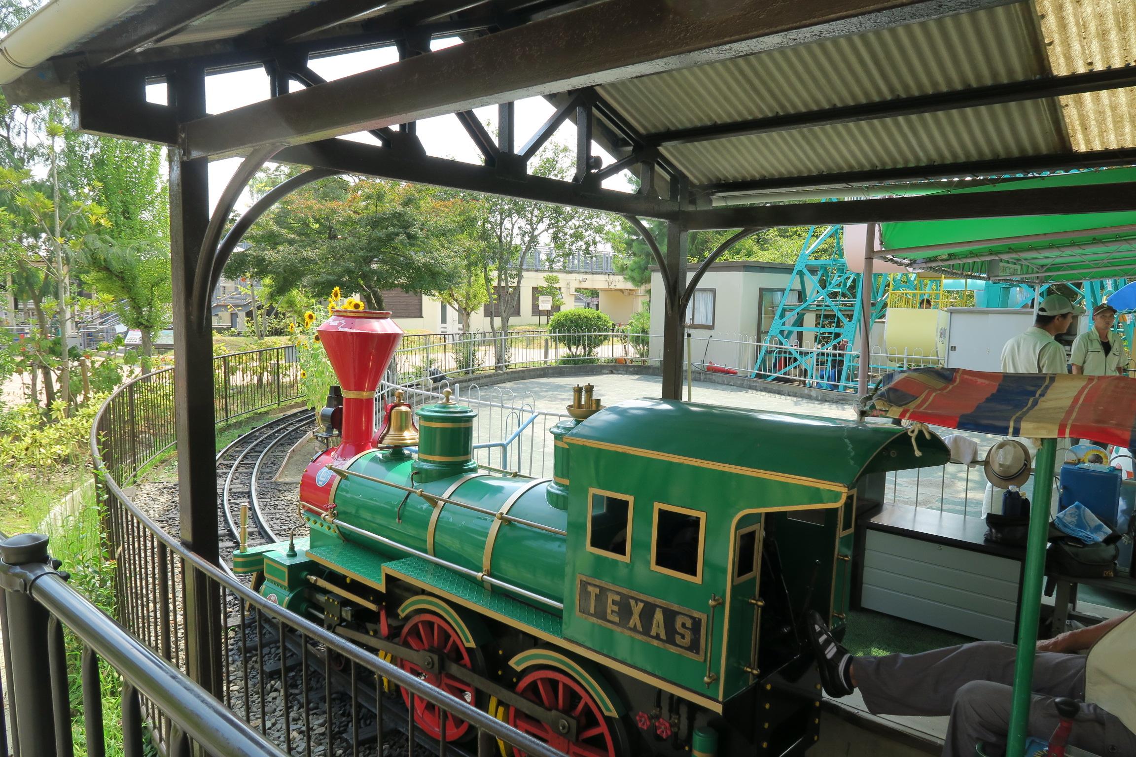 遊園地のミニ機関車に乗って、ご機嫌な我が子でした。