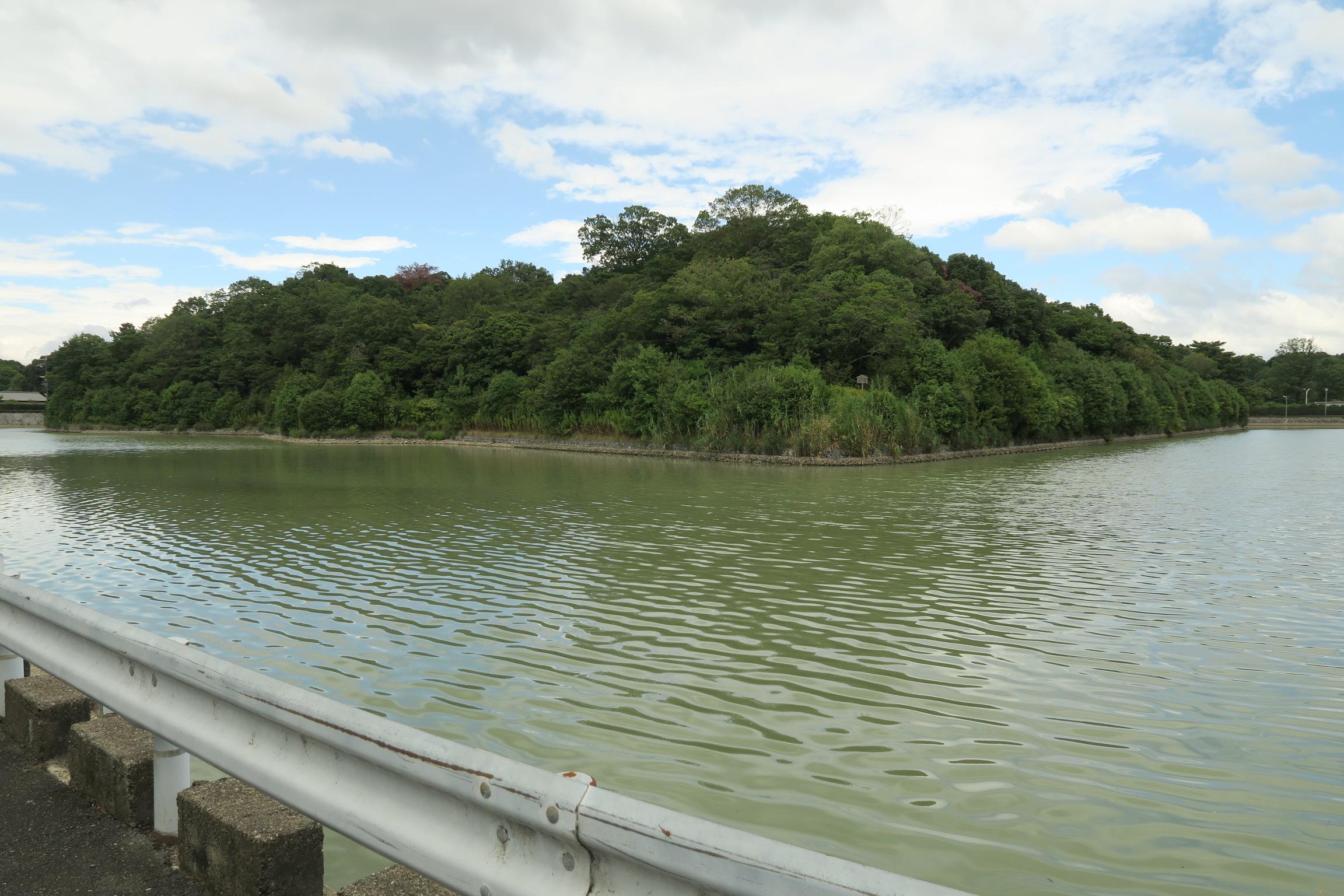 コナベ古墳。墳丘の長さは204mもあり、全国でも31位の大型の前方後円墳です。