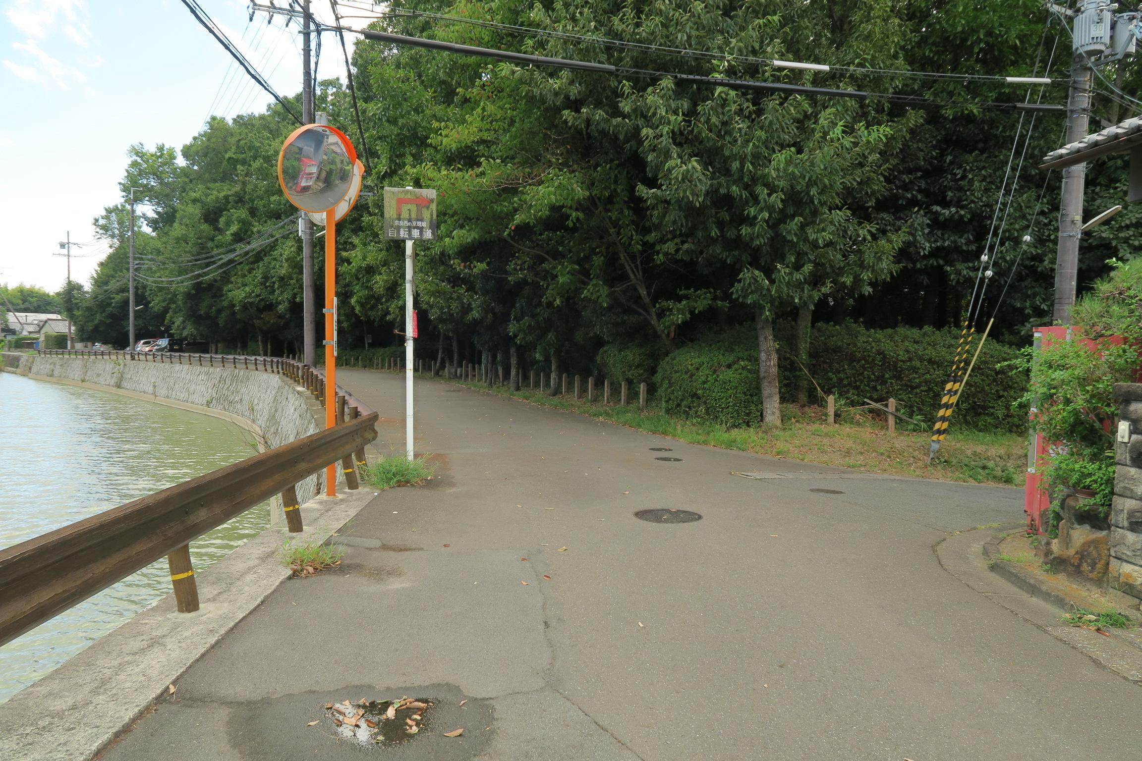 コナベ古墳を左手に歩いていくと、右に曲がる道があります。
