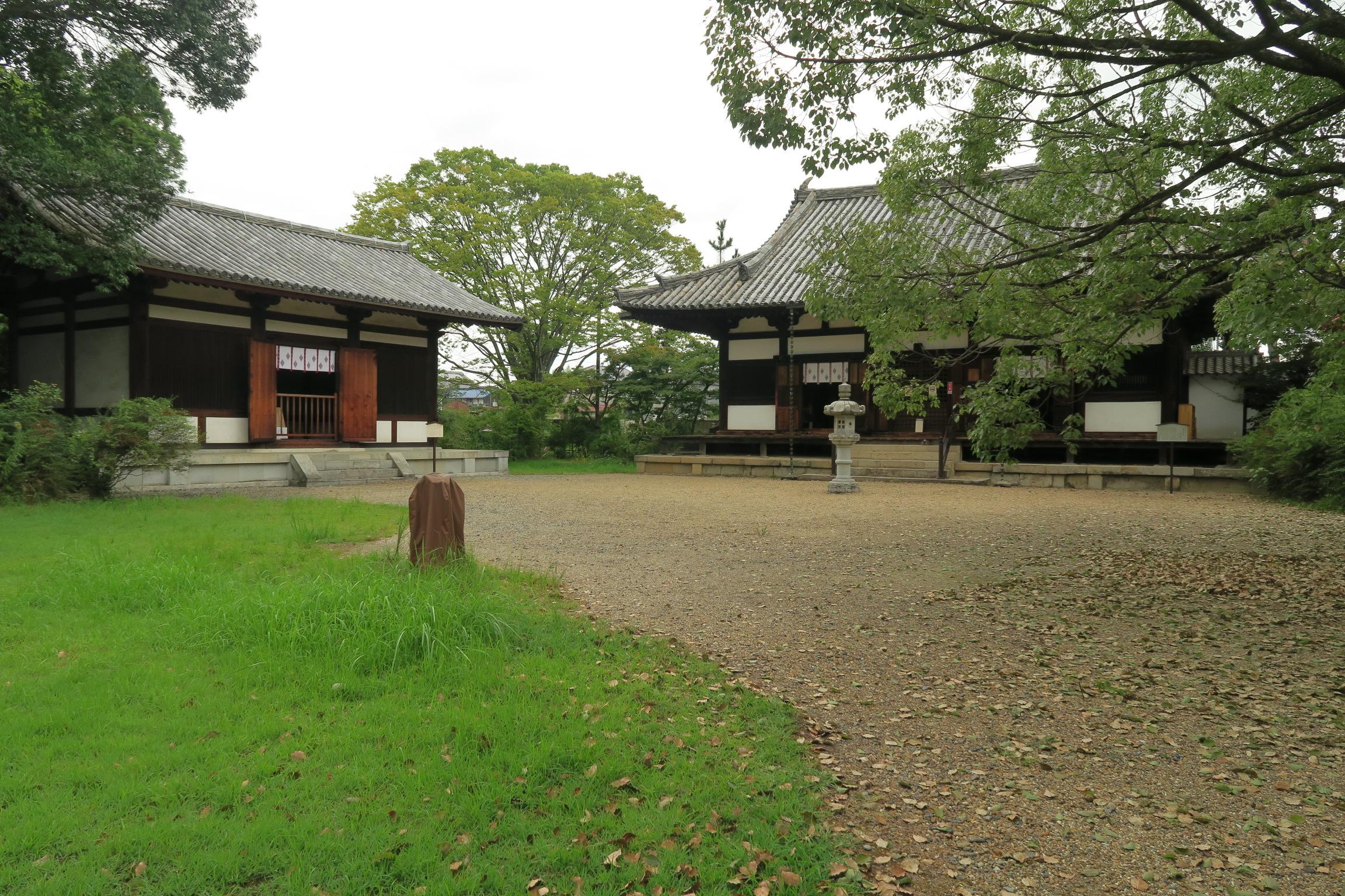 左手にあるのが西金堂。建材の一部は奈良時代の木材が残されています。右は本堂。