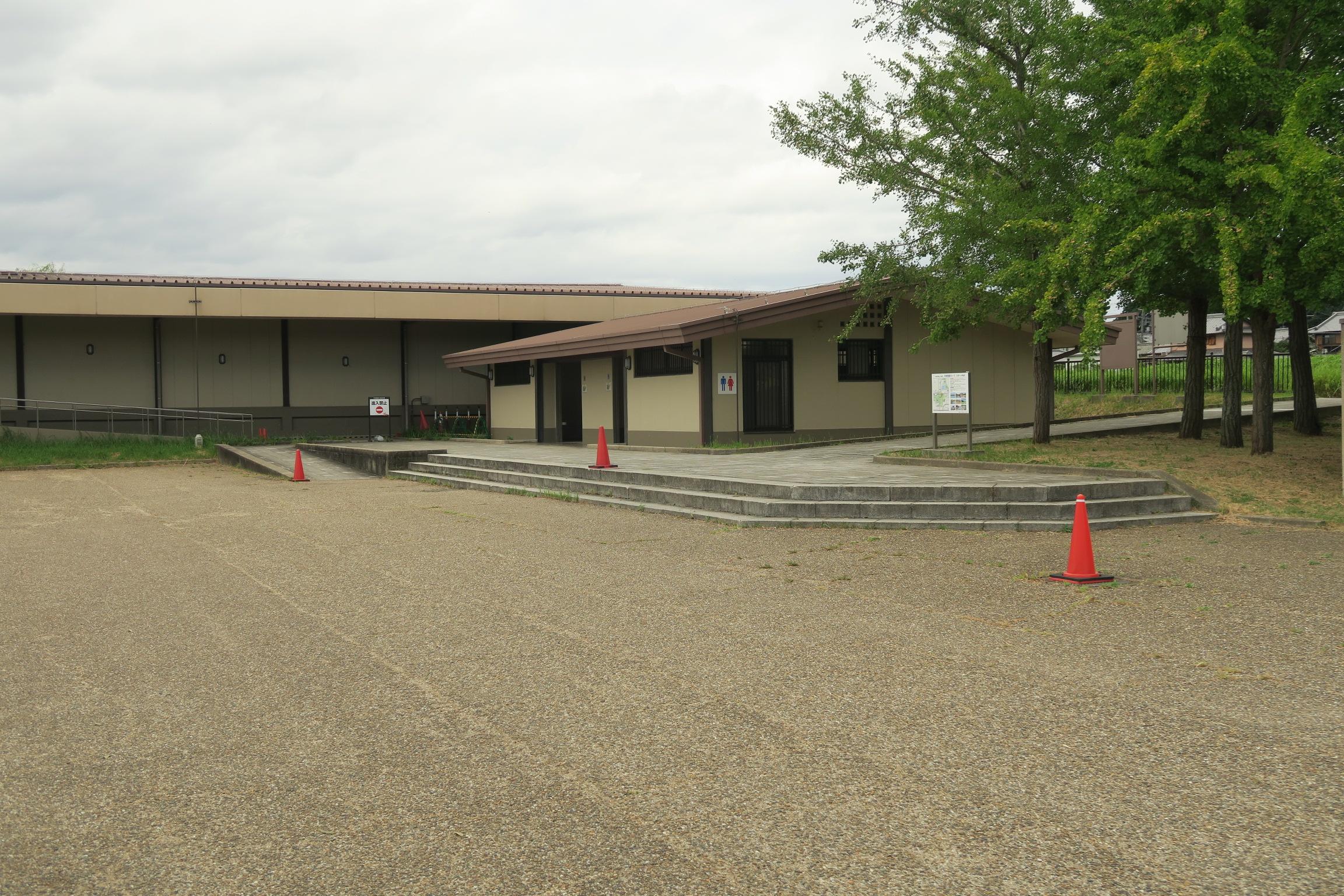 平城宮跡遺構展示館の横にある駐車場とトイレ。