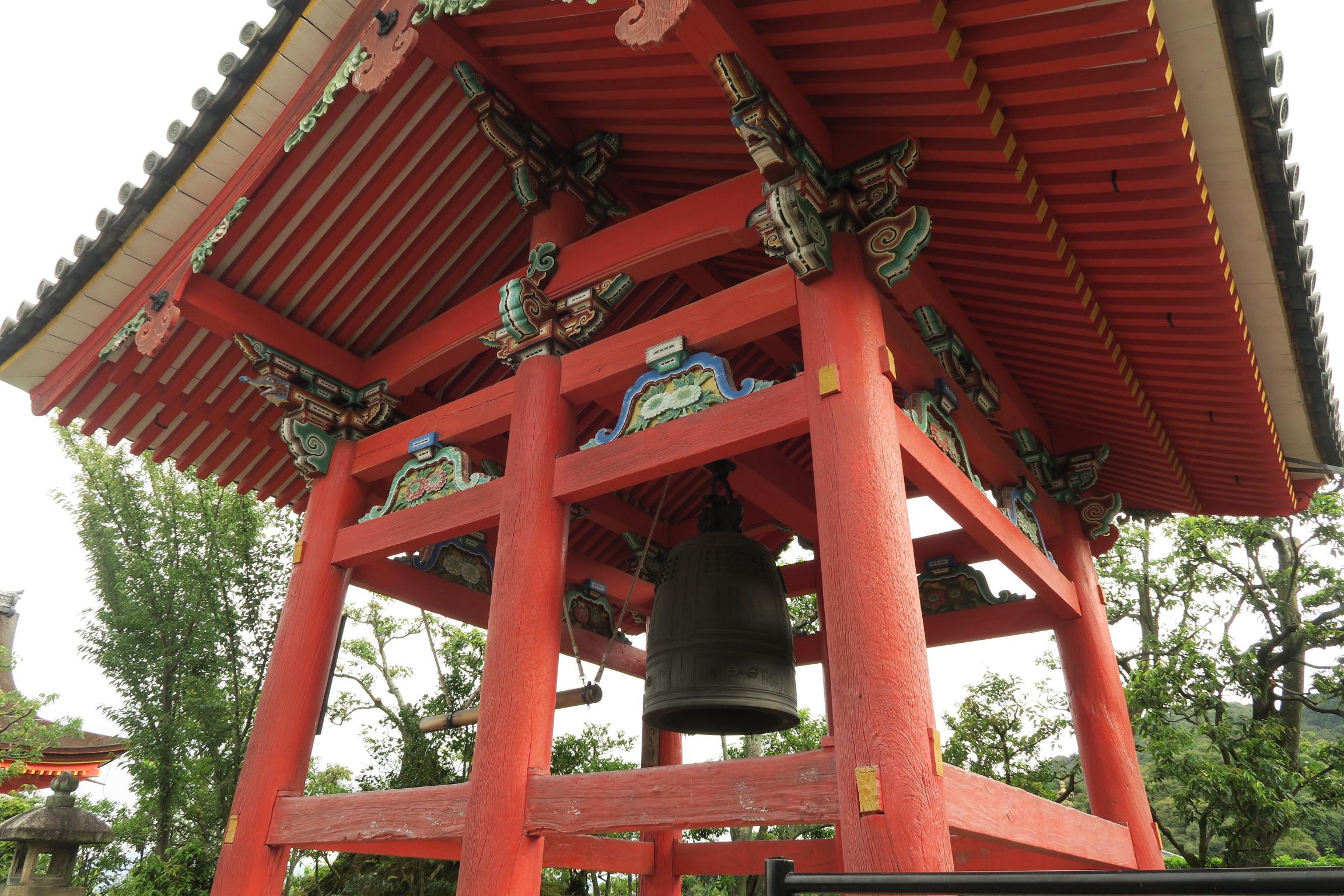 鐘楼。彩色が復元され彫刻が美しく華やかに。頑丈にするため通常は4本の柱が6本になっています。