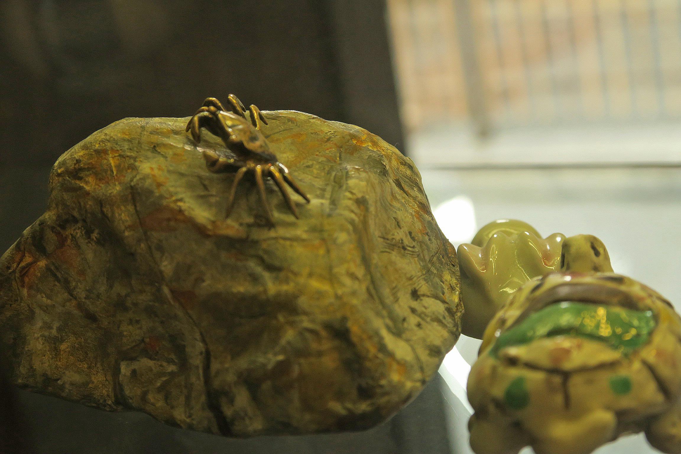 お土産屋に飾られていた石とカニ。残念ながら売り物ではないとのこと。石は紙で出来ているそうです!