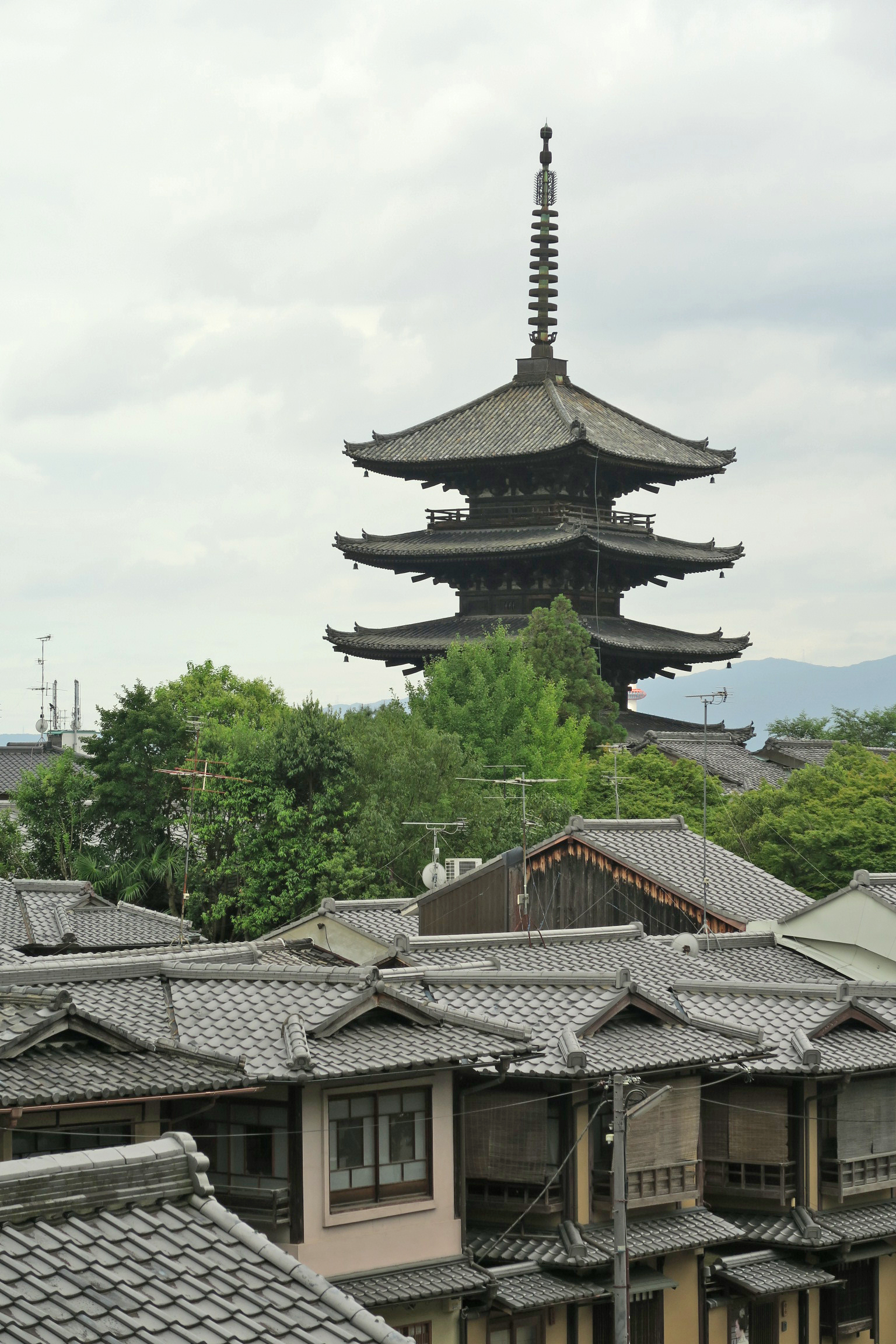 高台寺手前からみた法観寺。