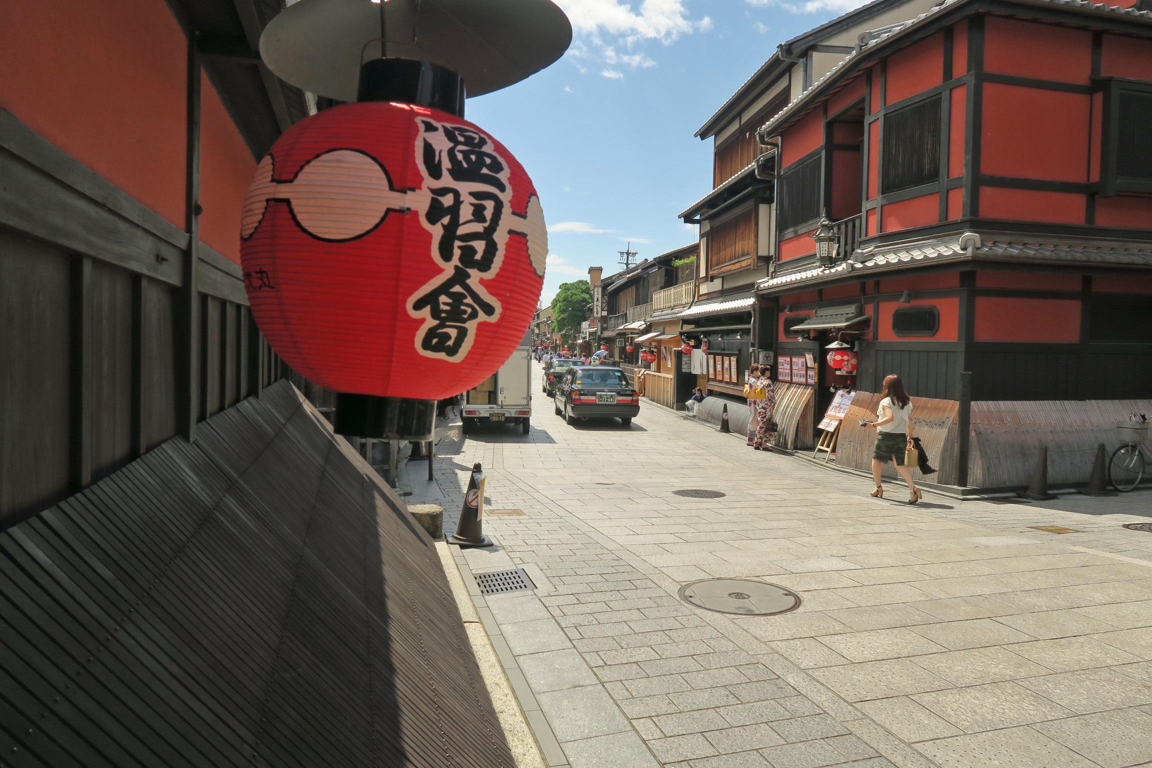祇園の中心を通る花見小路通。電線類が地中化されていて美しい町並です。