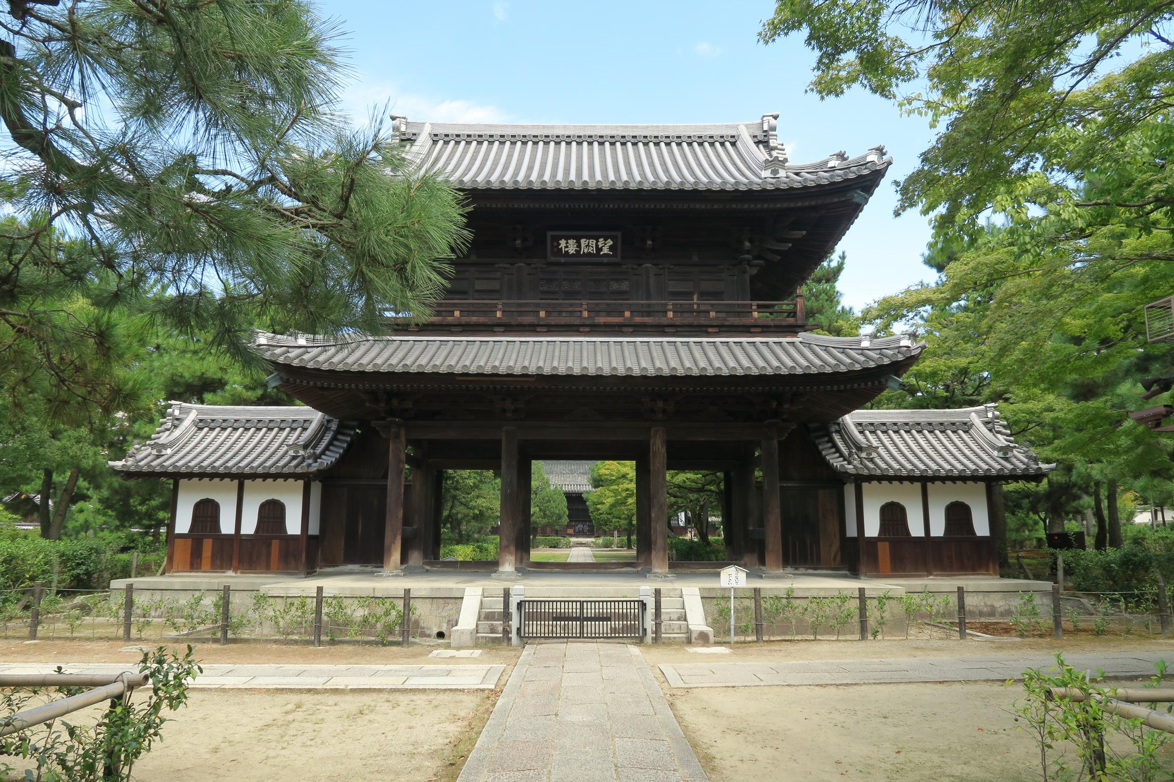 三門(望闕楼)。浜松市の安寧寺から1923年に移築したもの。