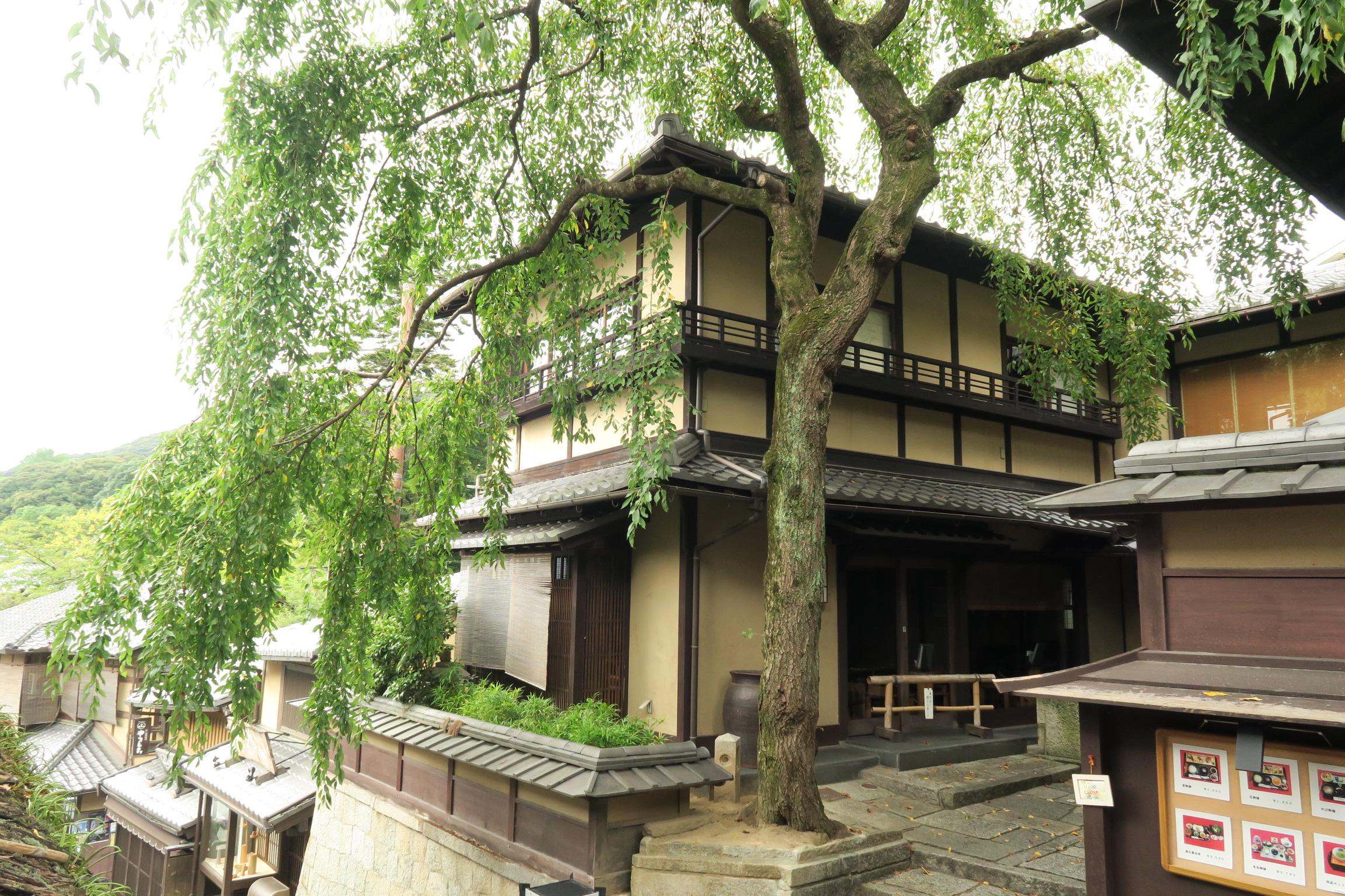 三年坂の途中にある「明保野亭」。坂本龍馬もよく訪れた定宿です。