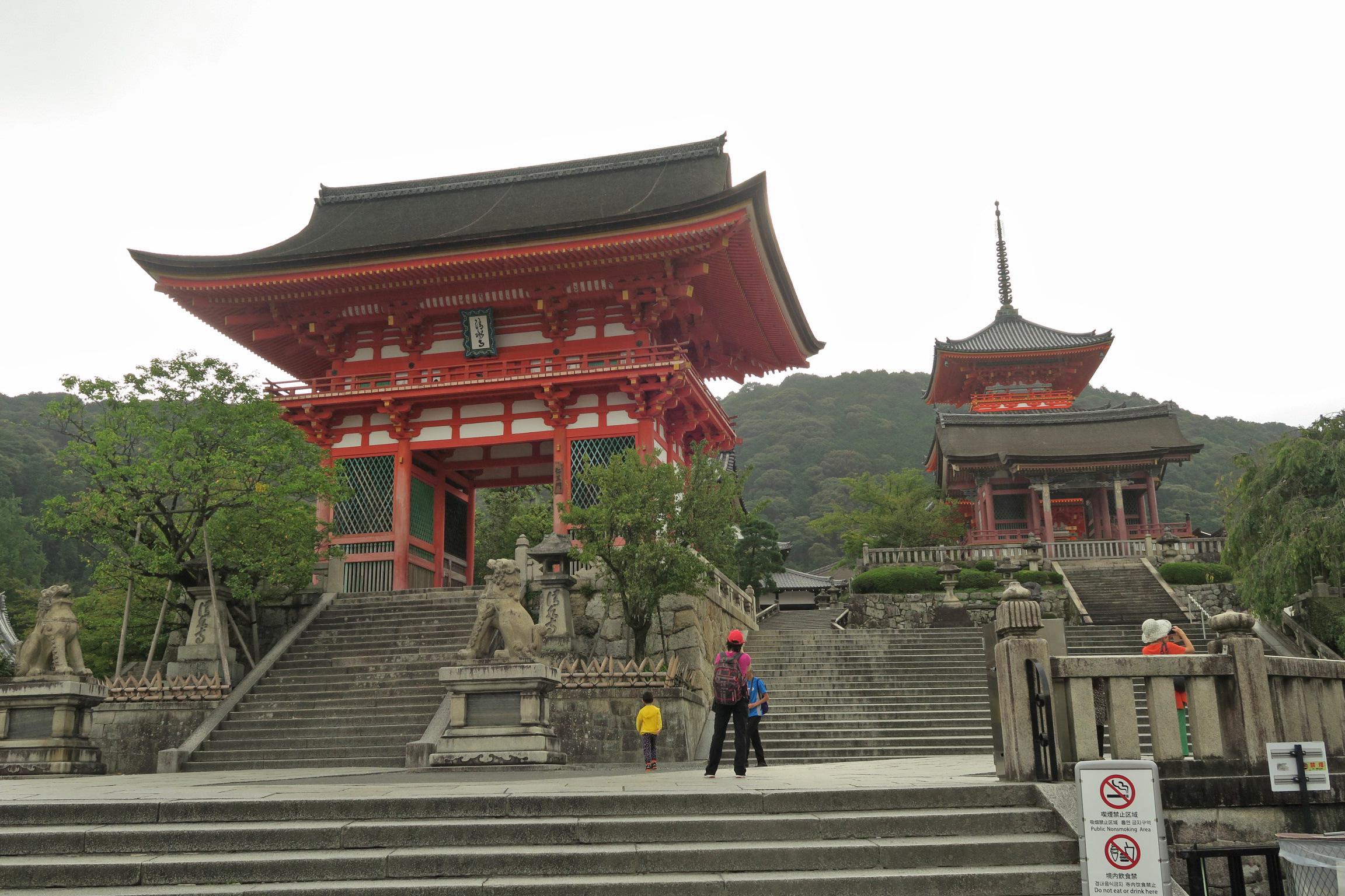 世界遺産の清水寺。赤門とも呼ばれている清水寺の正門「仁王門」です。右手に見えるのが清水寺三重塔。