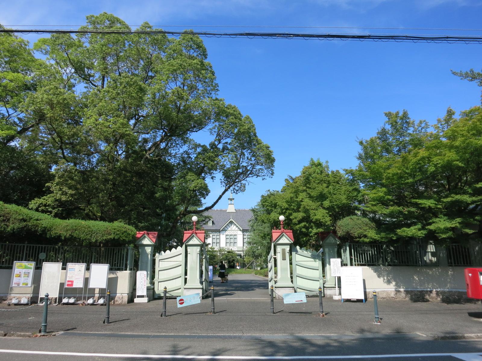 正門から見える奈良女子大学記念館の洋風建物が素敵でした。